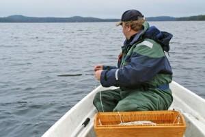 Мужчина ловит рыбу на перемет