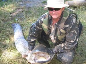 Мужчина поймал рыбу